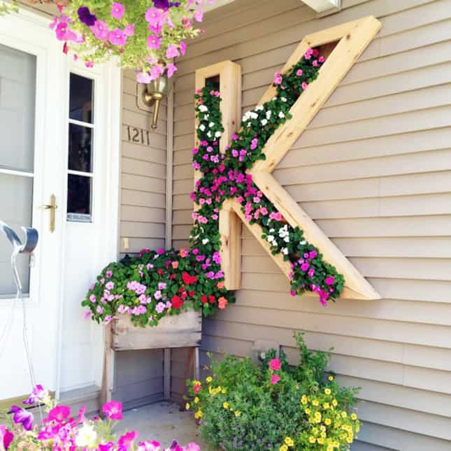 Diy outdoor monogram planter by ellery designs on @remodelaholic 6