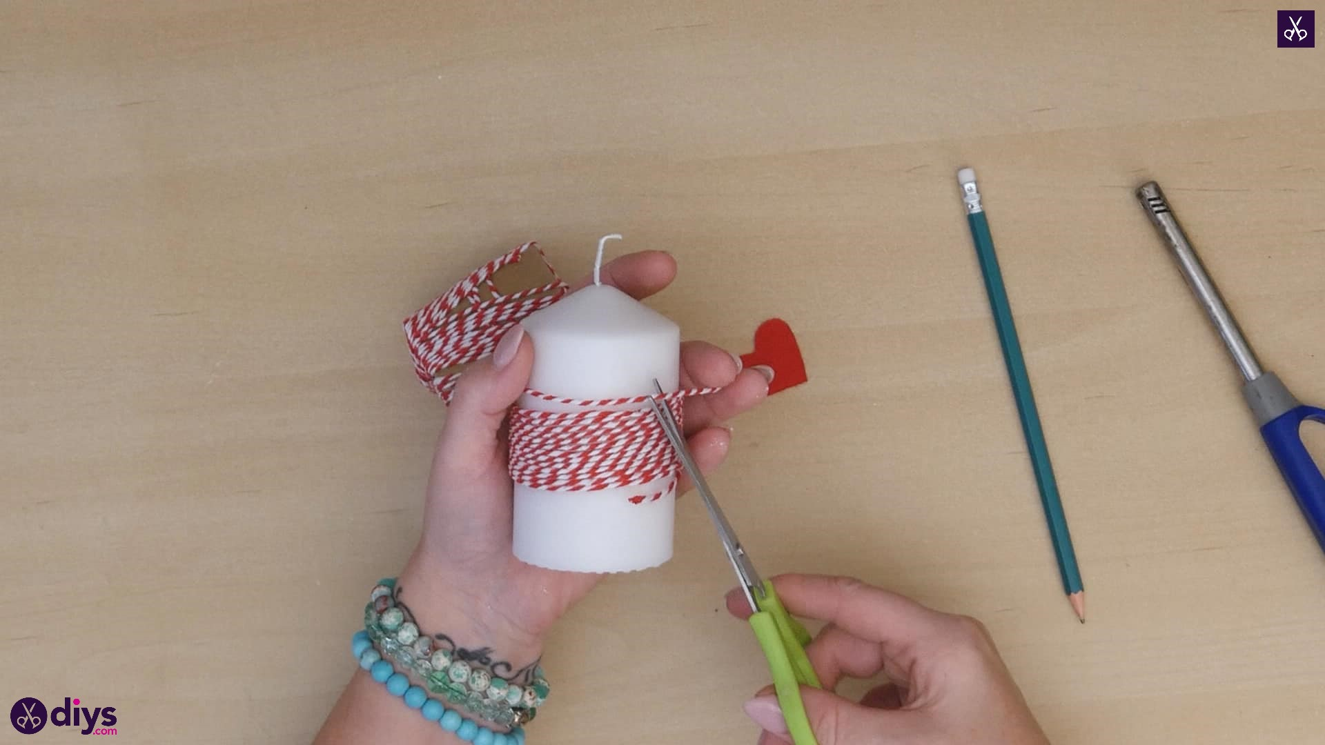 Diy valentine's candle red paper step 3c