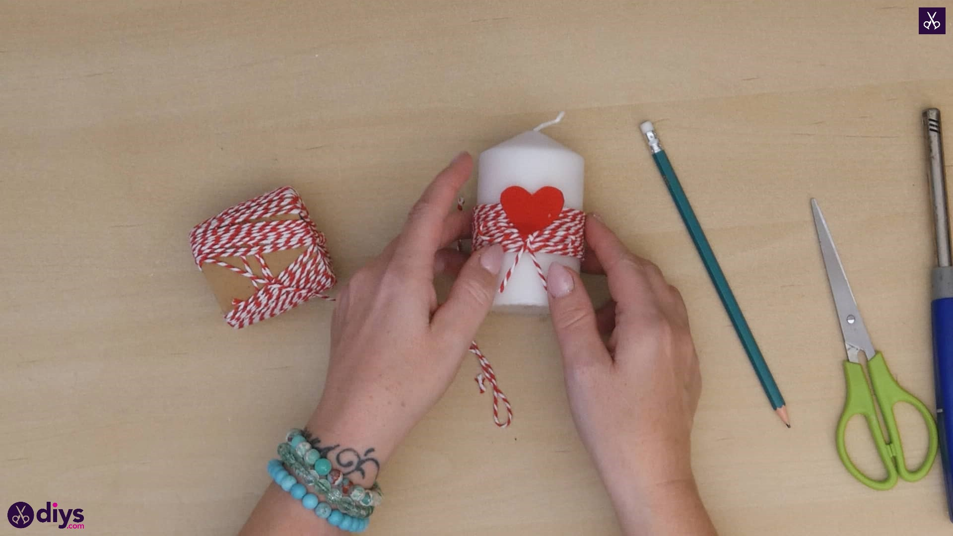 Diy valentine's candle red paper step 5d
